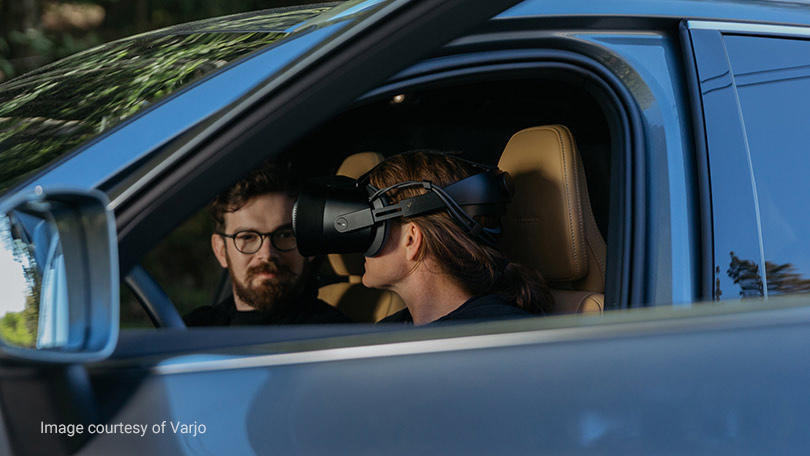 Frau mit Mixed Reality-Headset in einem Volvo